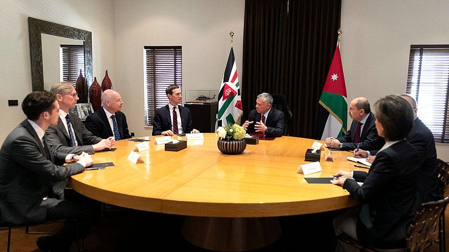 العاهل الأردني الملك عبد الله (يمين وسط الصورة) وجاريد كوشنر مستشار ترامب