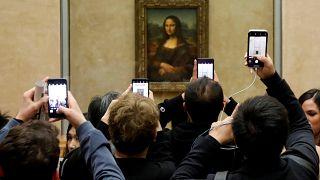 زوار يلتقطون صورا للوحة الموناليزا ليوناردو دافنشي في متحف اللوفر-باريس