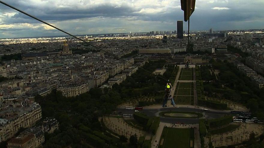 In volo a 90km/h giù dalla Torre Eiffel di Parigi con la zipline