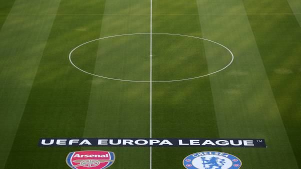Bakü'de UEFA Avrupa Ligi finali coşkusu: Taraftarlar kupa ile fotoğraf çektiriyor
