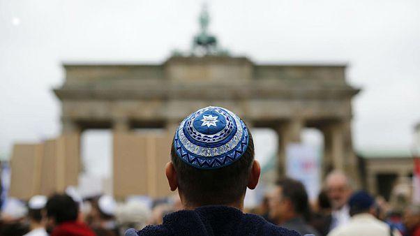 Berlin'de kipalı bir erkek