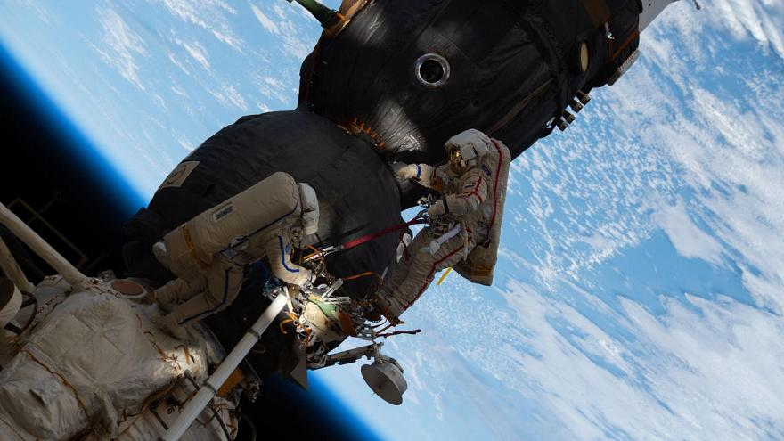 Δύο Ρώσοι κοσμοναύτες ξεκίνησαν τον διαστημικό τους περίπατο