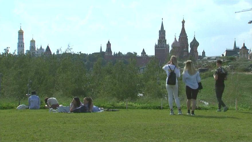 شاهد: الروس يخرجون إلى متنزهات موسكو للهروب من موجة الحر الشديد