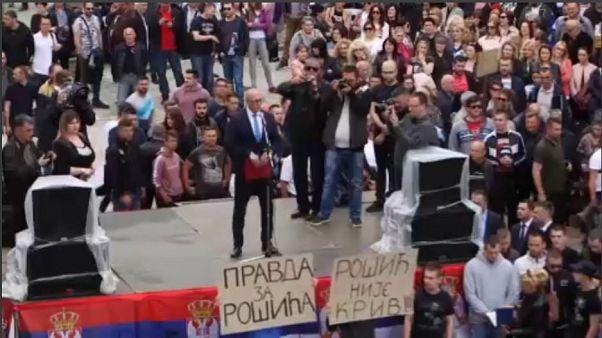 «Οι Σέρβοι είμαστε ενωμένοι» φωνάζουν διαδηλωτές