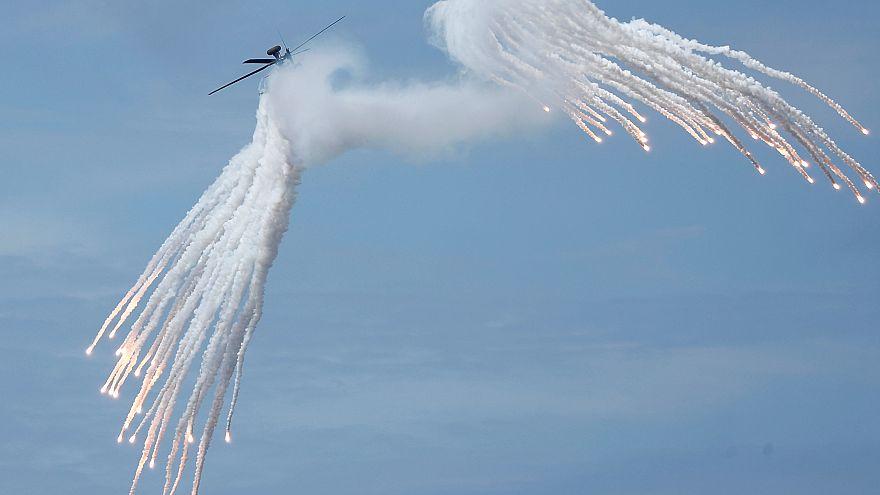 طائرة هليكوبتر تحلق خلال تدريبات عسكرية