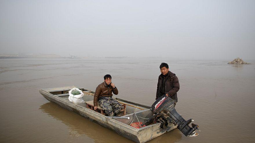 Рыбаки ставят сети на р. Хуанхэ в Китае