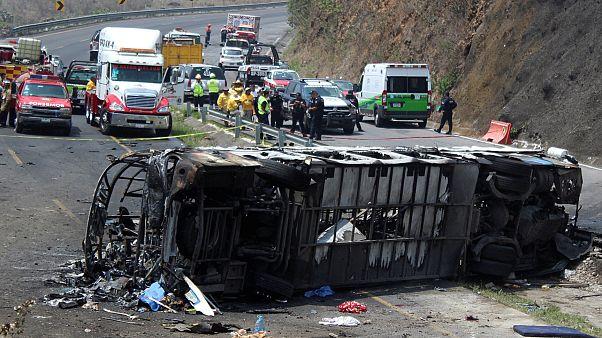 Grave accidente de autobús en México deja más de 20 muertos