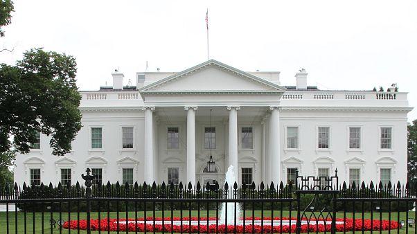 شاهد..رجل يضرم النار في نفسه أمام البيت الأبيض