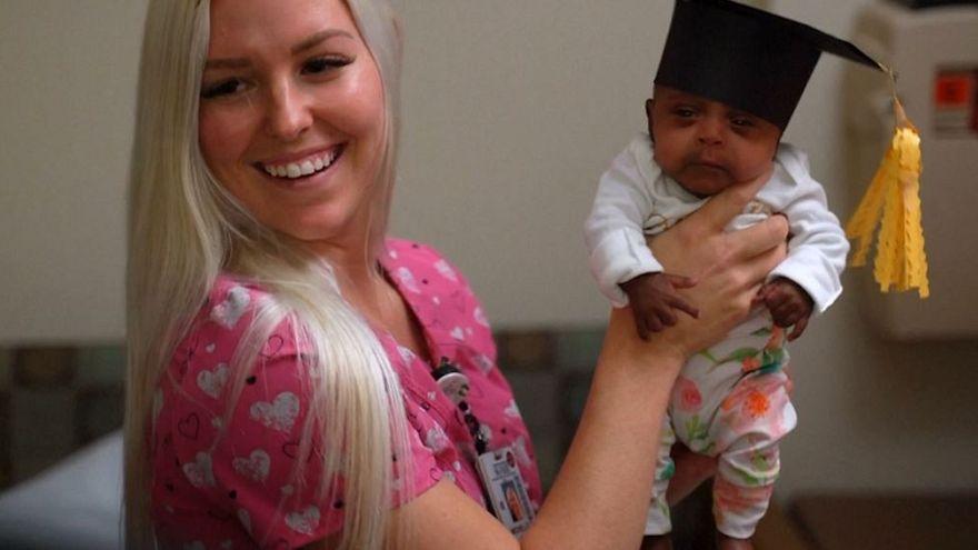 کوچکترین نوزاد جهان از بیمارستان راهی خانه شد