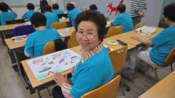 Δεν έχουν μαθητές για τα δημοτικά και έτσι στέλνουν τις...γιαγιάδες!
