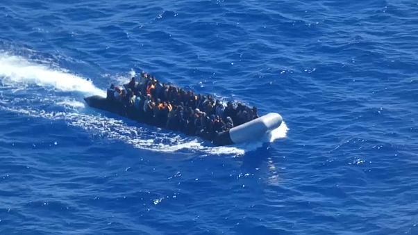 فيديو: البحرية الإيطالية تنقذ 100 مهاجر من قارب مطاطي بعرض المتوسط