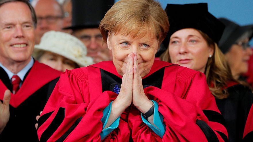 """Merkel, Harvard'da Trump'ı eleştirdi: """"Cehalet ve dar görüşlülük duvarlarını yıkın"""""""