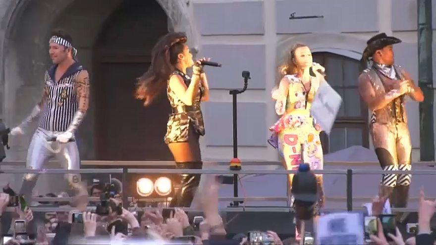 Vengaboys spielen vor 6000 Zuschauern bei Demo in Wien