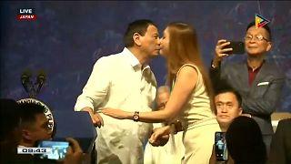 شاهد: رئيس الفلبين دوتيرتي يقبل 5 نساء على خدودهن بحضور زوجته