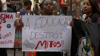 Estudantes protestam contra cortes na educação