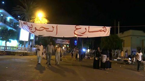 السودان يغلق مكتب الجزيرة في الخرطوم وعشرات آلاف المتظاهرين في الشارع