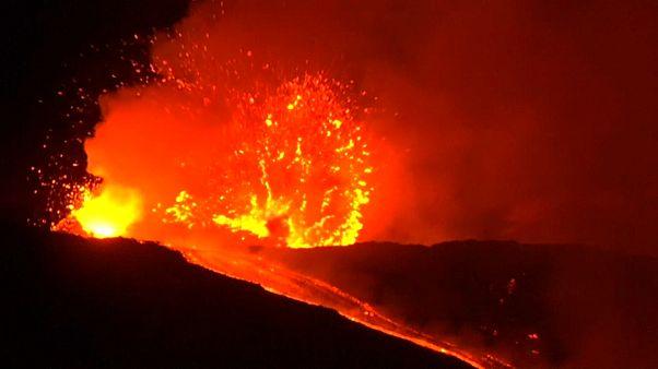 El Etna despierta de madrugada a la isla de Sicilia