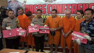 شاهد: الشرطة  الإندونيسية تلقي القبض على عصابة دولية تتاجر في المخدرات