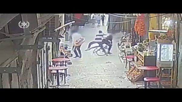 القوات الإسرائيلية تحمل جثة الشاب الفلسطيني الذي طعن إسرائيليين اثنين