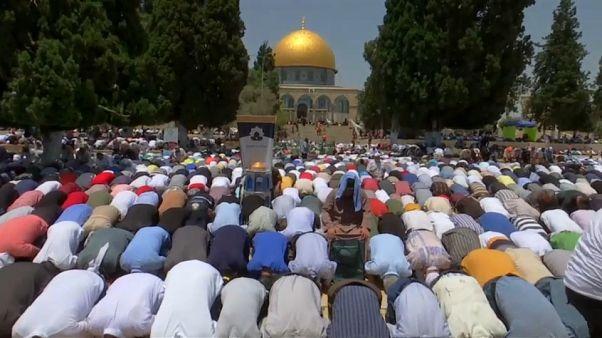 مصلون فلسطينيون في طريقهم لاداء صلاة الجمعة بالمسجد الأقصى في القدس