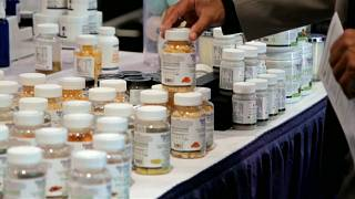 شاهد.. معرض في نيويورك لمواد طبية ومستحضرات تجميل مصنوعة من القنب