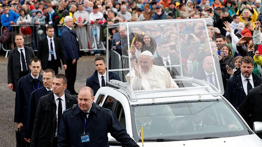 Le pape rassemble des milliers de fidèles en Transylvanie