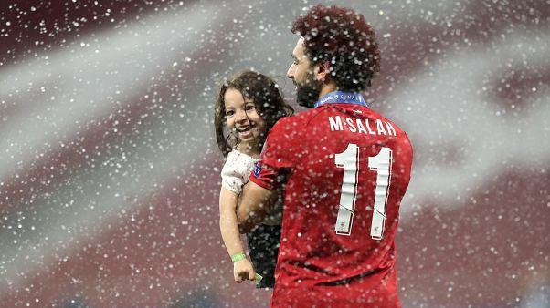 صلاح حاملاً طفلة ومحتفلاً بالفوز في مدريد