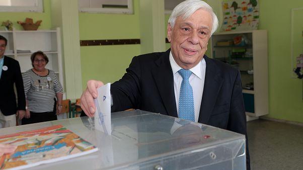 Σε σχολείο του Ψυχικού ψήφισε ο Προκόπης Παυλόπουλος