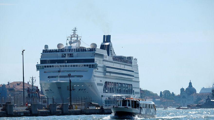 Venedig: Kreuzfahrtsschiff rammt  Touristenboot - 5 Verletzte