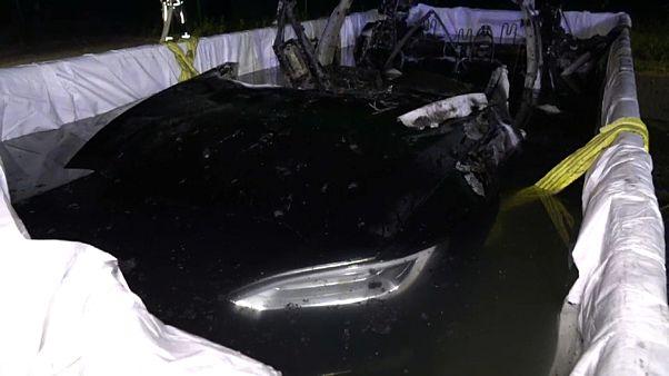 شاهد: إنزال سيارة تسلا الكهربائية في الماء لمدة 24 ساعة بعد احتراقها