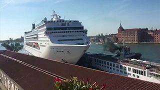 Venezia, nave da crociera fuori controllo travolge un battello da turismo