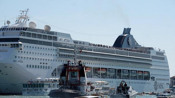 İtalya'da yolcu gemisi turist teknesine ve rıhtıma çarptı: En az 4 yaralı