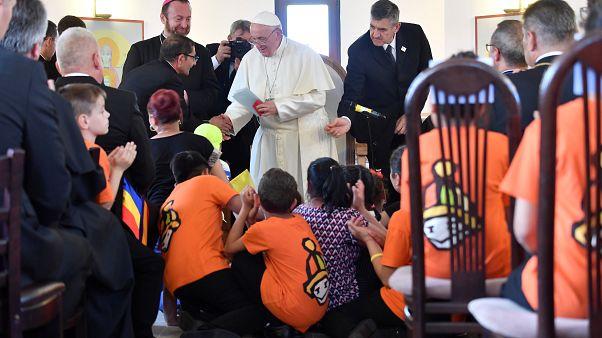 البابا خلال لقاء بأطفال وبالغين من الغجر في رومانيا اليوم الأحد
