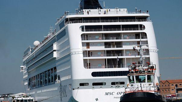 В Венеции круизный лайнер столкнулся с прогулочным судном
