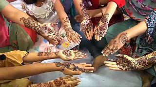 نساء من بنغلاديش يتزين ابتهاجا بعيد الفطر