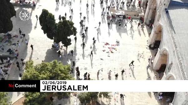 مصلون فلسطينيون ينتفضون ضد اقتحام متطرفين من اليهود ساحات المسجد الأقصى