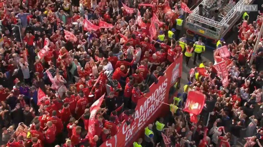 Paseo triunfal de los 'reds' en Liverpool tras ganar la Champions