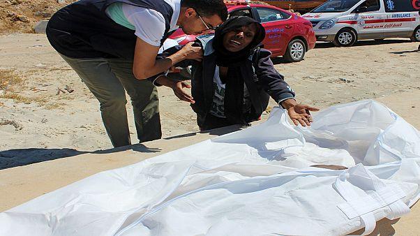 امرأة مهاجرة تبكي ابنها الذي مات غرقا في عرض الساحل الليبي