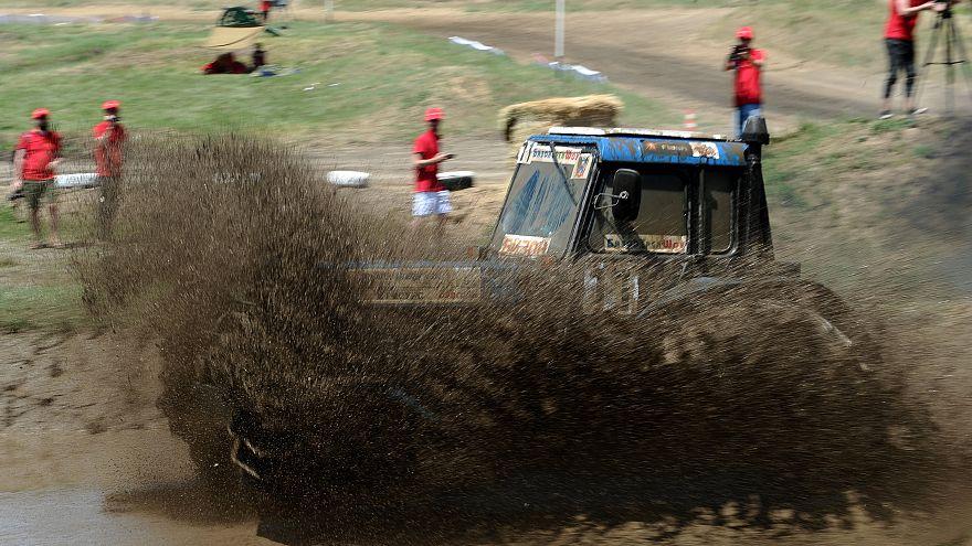 Грязь и рев моторов: в России прошли гонки на тракторах