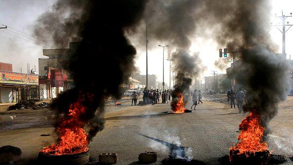 Μακελειό του στρατού σε καθιστική διαμαρτυρία με δεκάδες νεκρούς