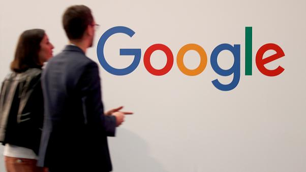 أرشيف رويترز- زائرون يمرون أمام شعار غوغل في باريس فرنسا