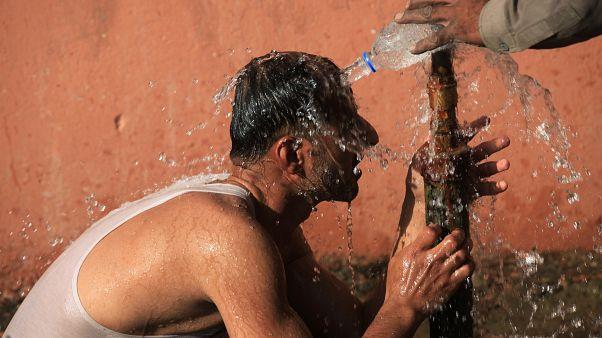 رجل يلجأ للماء البارد في ظل موجة حرارة في لاهور بباكستان