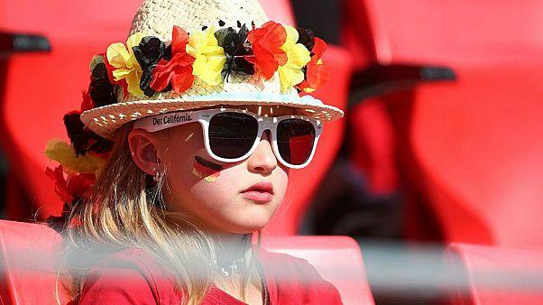 مشجّعة ألمانية تتابع مباراة ودية بين فريق بلادها وفريق تشيلي