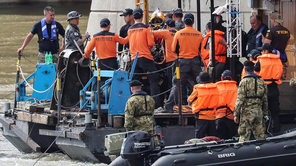 انتشال جثة من نهر الدانوب بعد خمسة أيام من غرق سفينة سياحية في بودابست