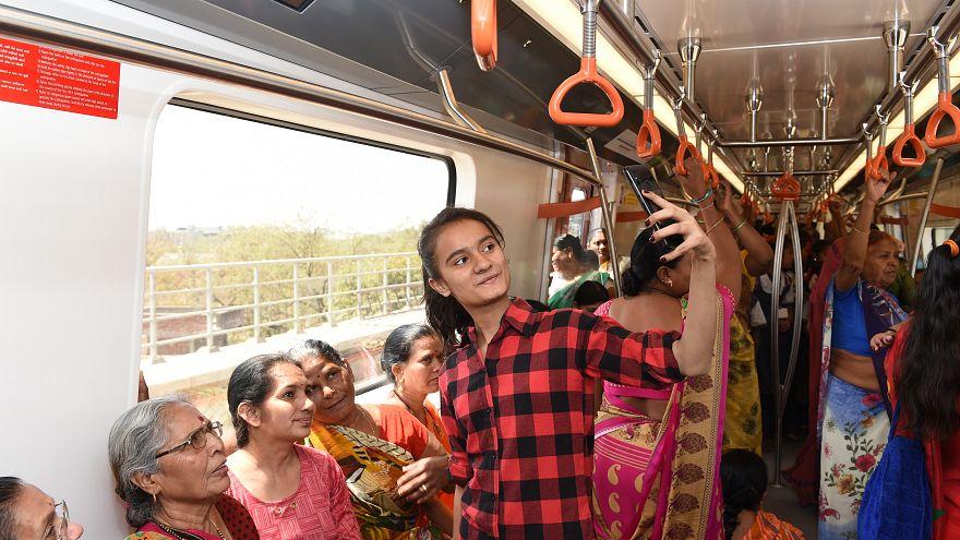 Yeni Delhi yönetiminden taciz önlemi: Toplu taşıma kadınlara ücretsiz olacak