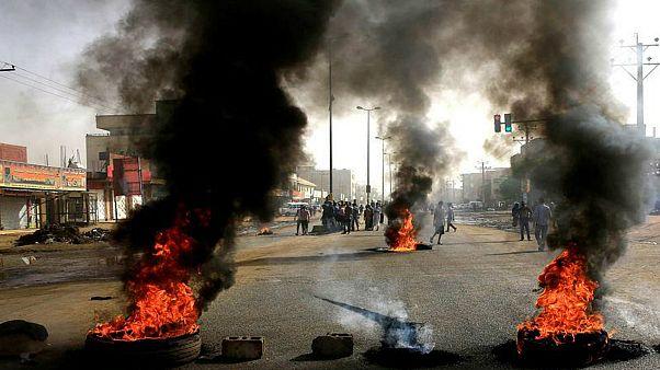 احتجاجات في السودان تطالب الجيش بتسليم السلطة لقوى مدنية