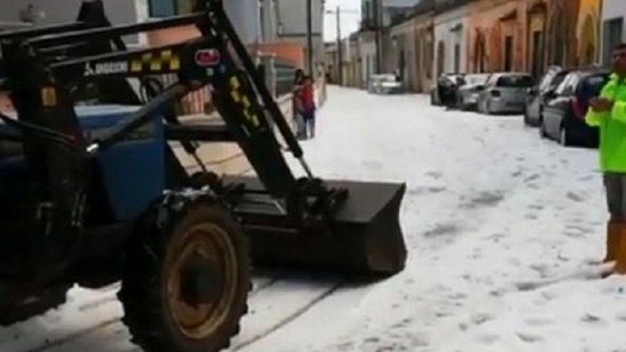 Több centiméteres jég borította az utakat Dél-Olaszországban