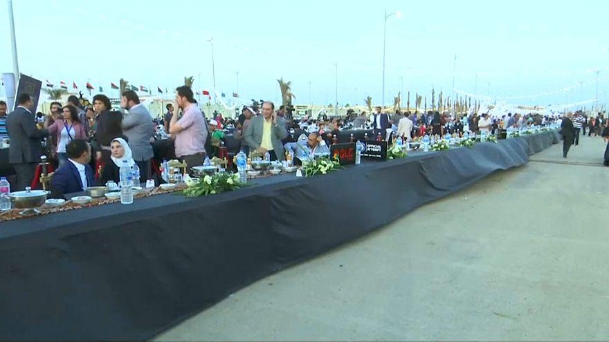 شاهد: مصر تدخل موسوعة غينيس بطاولة إفطار يزيد طولها عن 3000 متر