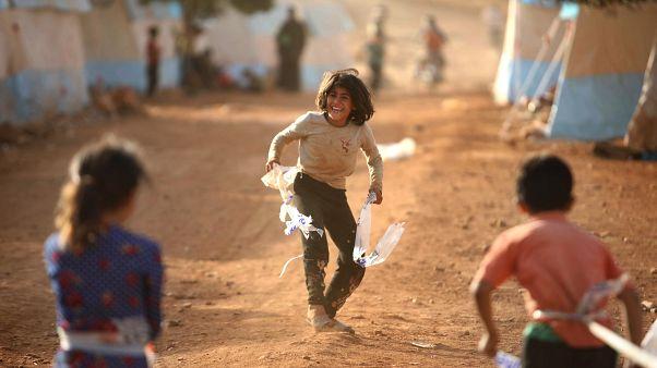 Suriye İdlib yakınlarındaki bir mülteci kampında oyun oynayan çocuklar