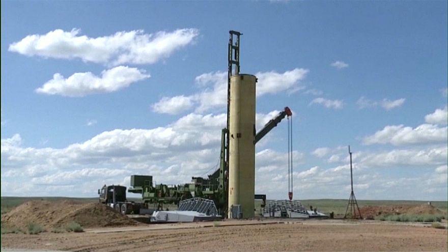 عملية تجهيز الصاروخ لتجريبه